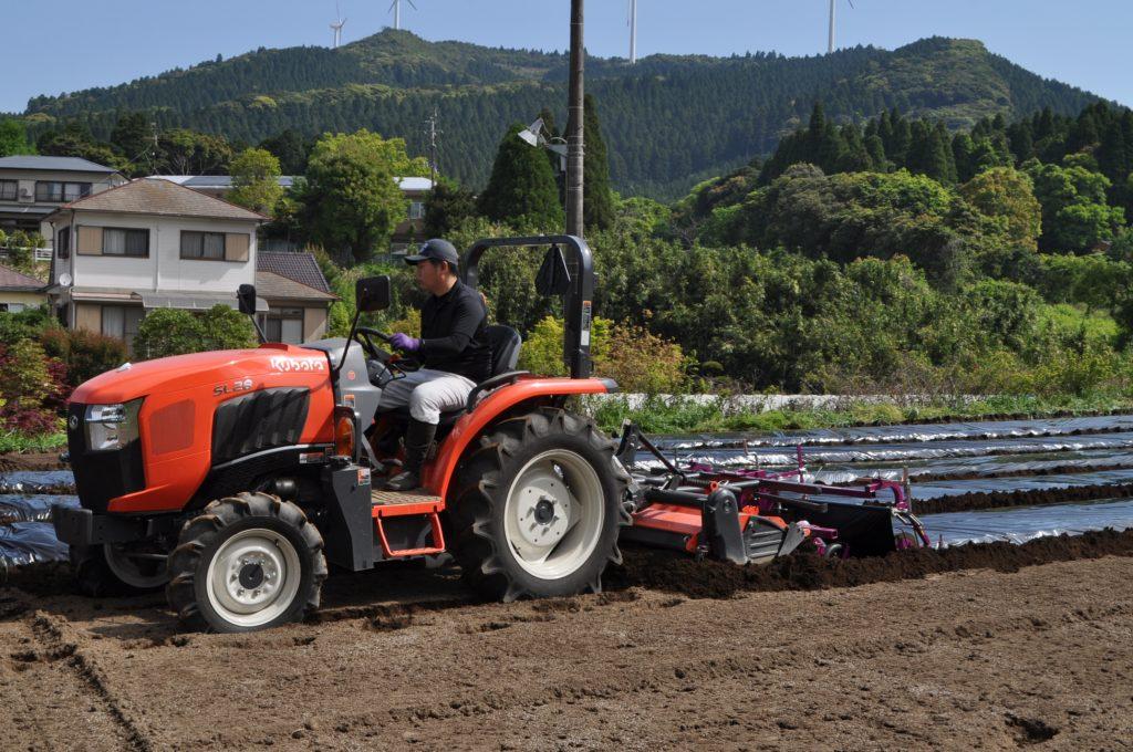 トラクターによる土壌深耕作業受託